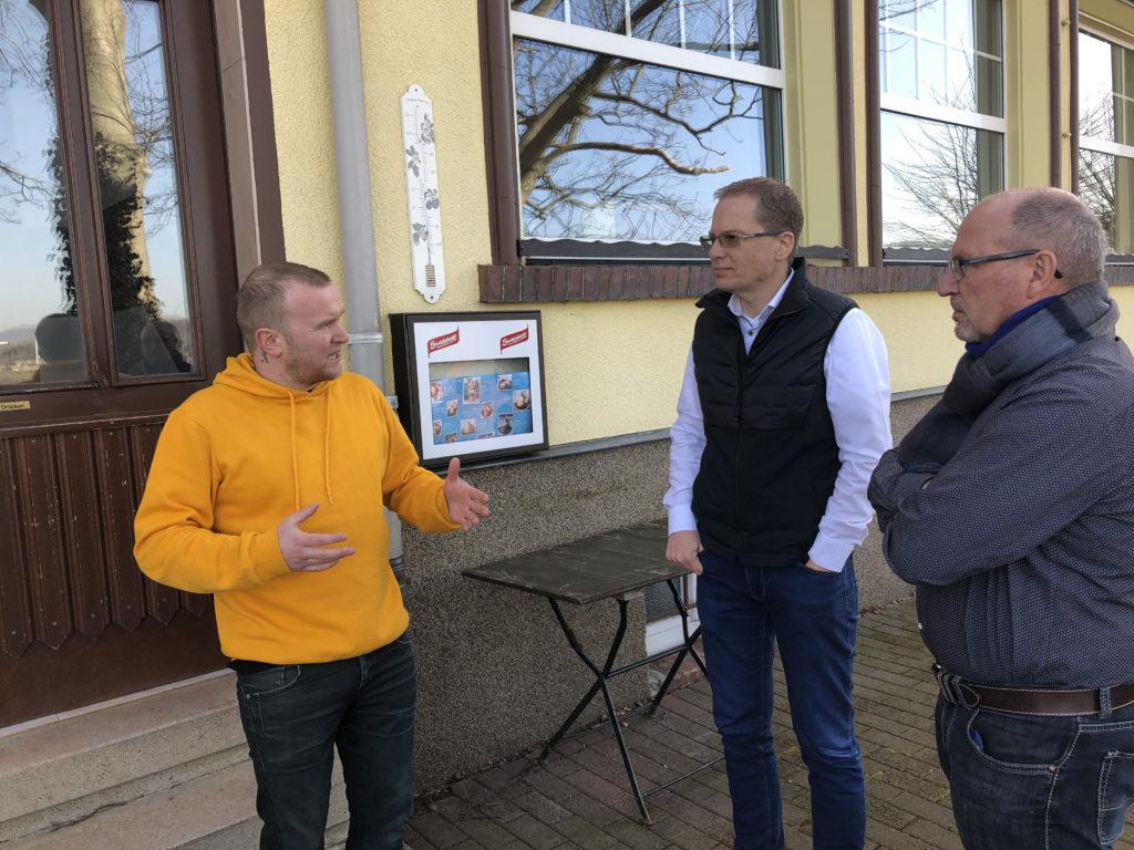 Olaf und Tobias im Gespräch mit dem Betreiber der Ausflugsgaststätte Deysingslust Bad Tabarz
